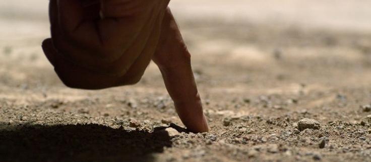 JUAN_8-6_con_el_dedo_comenzó_a_escribir_en_el_suelo